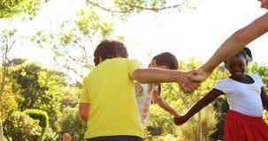 Παιχνίδι παιδιών δαχτυλίδι-γύρω από-ο-ροδοειδές φιλμ μικρού μήκους