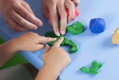 Παιχνίδι παιδιών και μητέρων με το playdough Στοκ Φωτογραφία