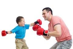 Παιχνίδι παιδιών και πατέρων με τα εγκιβωτίζοντας γάντια Στοκ Εικόνα