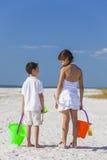 Παιχνίδι παιδιών, κοριτσιών αγοριών, αδελφών και αδελφών στην παραλία Στοκ εικόνες με δικαίωμα ελεύθερης χρήσης