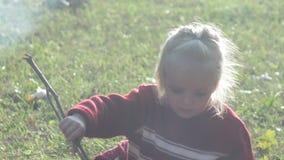 Παιχνίδι παιδιών κοριτσιών με τους κλάδους φιλμ μικρού μήκους