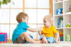Παιχνίδι παιδιών μαζί με τα εκπαιδευτικά παιχνίδια στοκ εικόνα