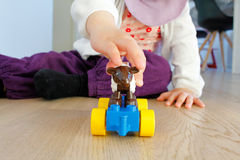 Παιχνίδι παιδιών με τα παιχνίδια Στοκ εικόνα με δικαίωμα ελεύθερης χρήσης