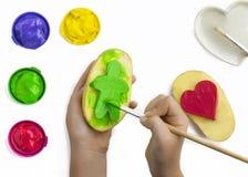 Παιχνίδι παιδιών με τα χρώματα Στοκ φωτογραφία με δικαίωμα ελεύθερης χρήσης