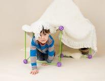 Παιχνίδι παιδιών με τη σκηνή, οχυρό στοκ εικόνες