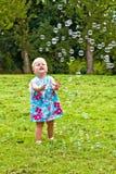 Παιχνίδι παιδιών με τις φυσαλίδες Στοκ εικόνες με δικαίωμα ελεύθερης χρήσης