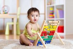 Παιχνίδι παιδιών με τον άβακα Στοκ εικόνα με δικαίωμα ελεύθερης χρήσης