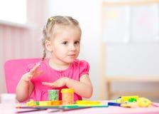 Παιχνίδι παιδιών με τον άργιλο παιχνιδιού στο σπίτι ή το playschool Στοκ φωτογραφία με δικαίωμα ελεύθερης χρήσης