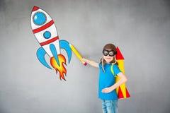 Παιχνίδι παιδιών με το αεριωθούμενο πακέτο στο σπίτι στοκ εικόνες με δικαίωμα ελεύθερης χρήσης