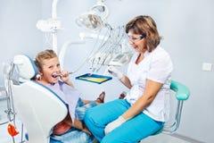 Παιχνίδι παιδιών με το οδοντικό τρυπάνι Στοκ Φωτογραφίες