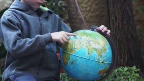 Παιχνίδι παιδιών με το Globus φιλμ μικρού μήκους