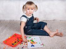 Παιχνίδι παιδιών μικρών κοριτσιών με τις καρφίτσες μωσαϊκών εκπαίδευσης στοκ εικόνα με δικαίωμα ελεύθερης χρήσης