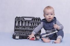 Παιχνίδι παιδιών μικρών παιδιών με το σύνολο οργάνων Απεικόνιση για την οικοδόμηση της σφαίρας Ένα αγόρι νηπίων με το κιβώτιο εργ Στοκ Φωτογραφίες