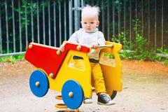 Παιχνίδι παιδιών μικρών παιδιών σε μια παιδική χαρά Στοκ φωτογραφίες με δικαίωμα ελεύθερης χρήσης
