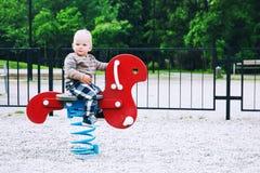 Παιχνίδι παιδιών μικρών παιδιών σε μια παιδική χαρά Στοκ Φωτογραφίες