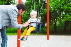 Παιχνίδι παιδιών μικρών παιδιών σε μια παιδική χαρά Στοκ Εικόνα