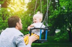Παιχνίδι παιδιών μικρών παιδιών σε μια παιδική χαρά Στοκ φωτογραφία με δικαίωμα ελεύθερης χρήσης