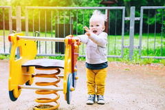 Παιχνίδι παιδιών μικρών παιδιών σε μια παιδική χαρά Στοκ Εικόνες