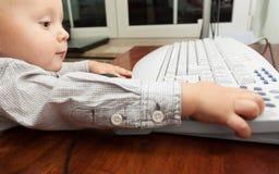 Παιχνίδι παιδιών παιδιών μικρών παιδιών στον υπολογιστή Στοκ Φωτογραφίες