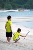 παιχνίδι παιδιών παραλιών Στοκ φωτογραφίες με δικαίωμα ελεύθερης χρήσης
