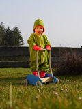 Παιχνίδι παιδιών στον κήπο με ένα χειραμάξιο Στοκ Εικόνα
