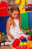 Παιχνίδι παιδιών στους κύβους παιδιών εσωτερικούς Σχολείο σπασιμάτων των παιδιών Στοκ Φωτογραφίες