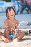 Παιχνίδι παιδιών στο νερό Στοκ Φωτογραφίες