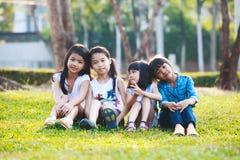 Παιχνίδι παιδιών στο πάρκο Στοκ Φωτογραφίες