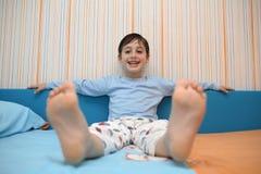 Παιχνίδι παιδιών στο δωμάτιό του Στοκ φωτογραφία με δικαίωμα ελεύθερης χρήσης