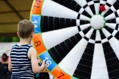 Παιχνίδι παιδιών υπαίθριο - ρίχνοντας στο στόχο Στοκ Εικόνα