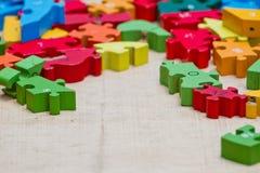 Παιχνίδι παιδιών χεριών με τους φραγμούς κατασκευής Στοκ Φωτογραφίες