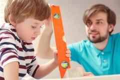 Παιχνίδι πατέρων και γιων με ένα δομικό έτοιμο σύστημα Στοκ φωτογραφία με δικαίωμα ελεύθερης χρήσης