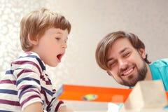 Παιχνίδι πατέρων και γιων με ένα δομικό έτοιμο σύστημα Στοκ φωτογραφίες με δικαίωμα ελεύθερης χρήσης