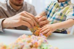 Παιχνίδι πατέρων και γιων με τον άργιλο σφαιρών στο σπίτι Στοκ φωτογραφία με δικαίωμα ελεύθερης χρήσης