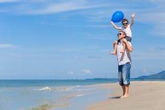 Παιχνίδι πατέρων και γιων στην παραλία στο χρόνο ημέρας Στοκ Εικόνες