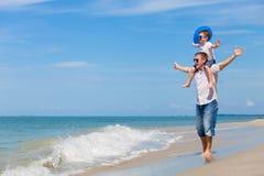 Παιχνίδι πατέρων και γιων στην παραλία στο χρόνο ημέρας Στοκ εικόνες με δικαίωμα ελεύθερης χρήσης