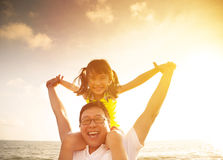 Παιχνίδι πατέρων και μικρών κοριτσιών στην παραλία Στοκ Εικόνες