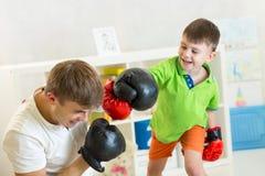 Παιχνίδι πατέρων και παιδιών με τα εγκιβωτίζοντας γάντια Στοκ φωτογραφία με δικαίωμα ελεύθερης χρήσης