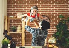 Παιχνίδι πατέρων και παιδιών στο όνειρο πιλότων του ταξιδιού Στοκ φωτογραφία με δικαίωμα ελεύθερης χρήσης