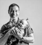 Παιχνίδι πατέρων με την κόρη του που κρατά την στα όπλα του Στοκ Εικόνα