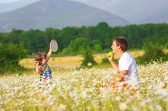 Παιχνίδι πατέρων με την κόρη στοκ εικόνα