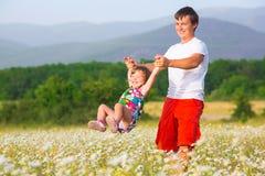 Παιχνίδι πατέρων με την κόρη στοκ φωτογραφία με δικαίωμα ελεύθερης χρήσης