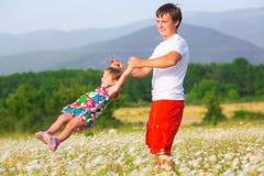 Παιχνίδι πατέρων με την κόρη στοκ εικόνες