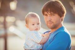 Παιχνίδι πατέρων με το γιο του στην αποβάθρα κοντά στη λέσχη γιοτ το καλοκαίρι. Υπαίθριος Στοκ Εικόνες