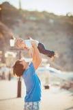 Παιχνίδι πατέρων με το γιο του στην αποβάθρα κοντά στη λέσχη γιοτ το καλοκαίρι. Υπαίθριος Στοκ Φωτογραφίες