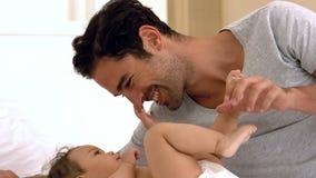 Παιχνίδι πατέρων με το μωρό του απόθεμα βίντεο