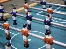 Παιχνίδι ποδοσφαίρου επιτραπέζιου ποδοσφαίρου με την κόκκινη και μπλε ομάδα παικτών Στοκ Φωτογραφία