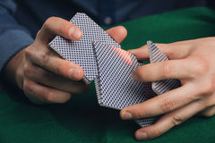 Παιχνίδι πόκερ στα χέρια ατόμων ` s στον πράσινο πίνακα Στοκ φωτογραφία με δικαίωμα ελεύθερης χρήσης