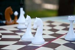 Παιχνίδι σκακιού Άσπρα κομμάτια σκακιού στον εξαγωνικό πίνακα Στοκ φωτογραφία με δικαίωμα ελεύθερης χρήσης