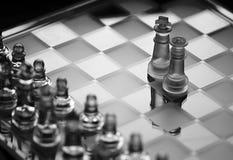 Παιχνίδι σκακιού γυαλιού, βασιλιάς με το bw κομματιών σκακιού βασίλισσας Στοκ Φωτογραφία